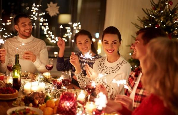 Amigos en cena de navidad