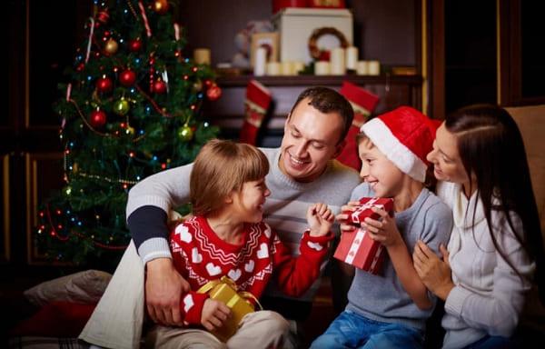 Familia compartiendo en navidad